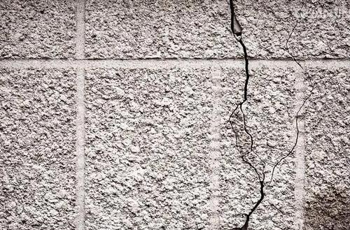 如何解决外墙水包水出现泛白、龟裂问题?