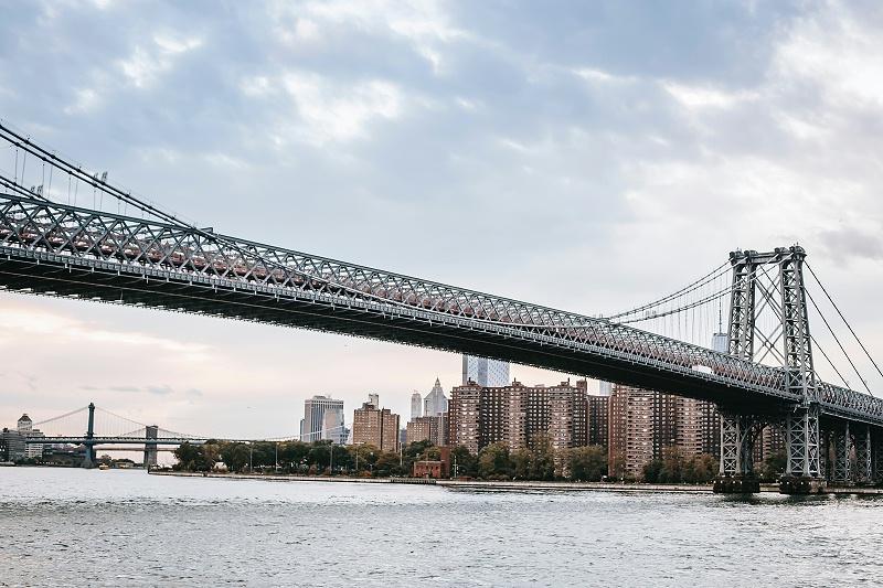 桥梁在海洋环境中要承受着来自交变载荷、汽车尾气污染、海浪冲蚀等多种腐蚀因素的交互作用,还要遭受台风雷暴等极端天气的考验,很容易出现腐蚀现象,对桥梁结构的完整性和稳定性造成损伤。时间一长,在外界恶劣条件加剧下,发生腐蚀的桥梁,可能会出现坍塌,造成经济甚至生命的损失。